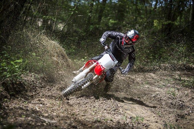 #MichelinStarCross5 , la nuova gamma high-performance per qualsiasi terreno http://moto.motorionline.com/2016/06/13/michelin-starcross-5-arriva-la-nuova-gamma-high-performance-per-qualsiasi-terreno-foto/… @Michelin_Sportpic.twitter.com/SZj2boRKA3