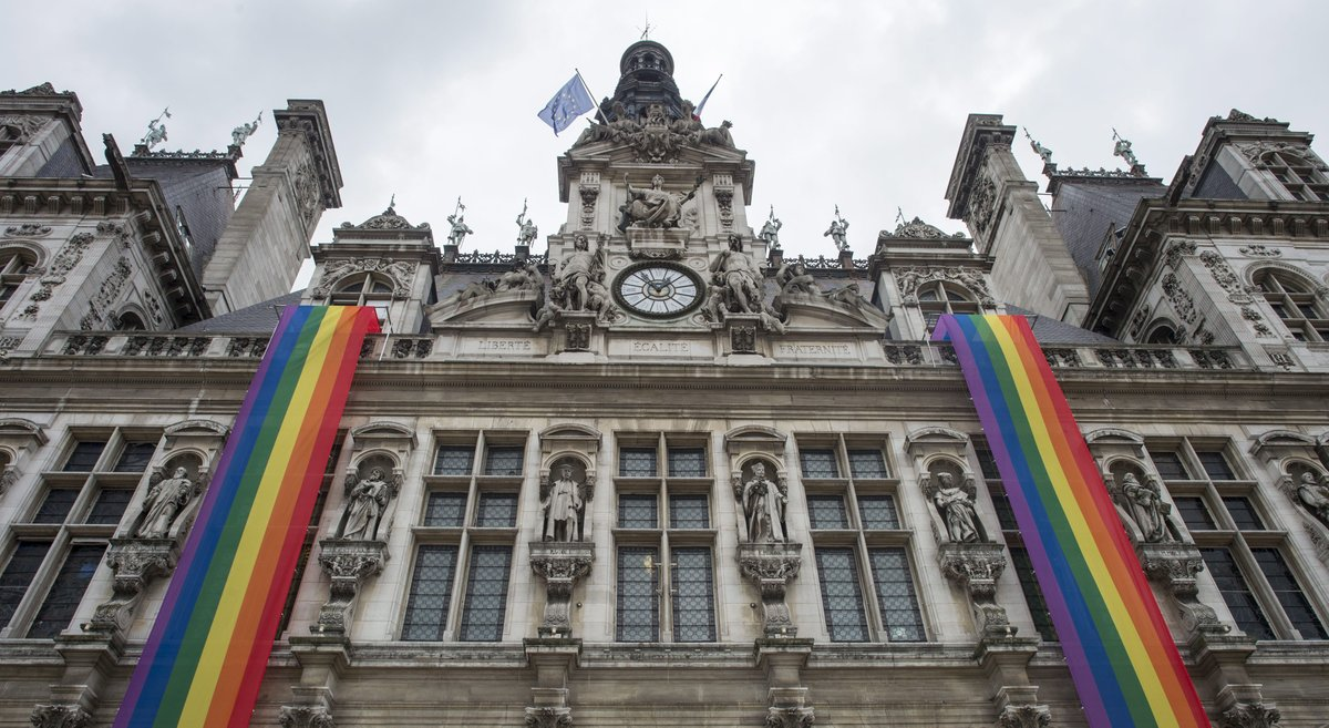 Tuerie d' #Orlando  la mairie de Paris arbore le drapeau gay #ImageDuJour