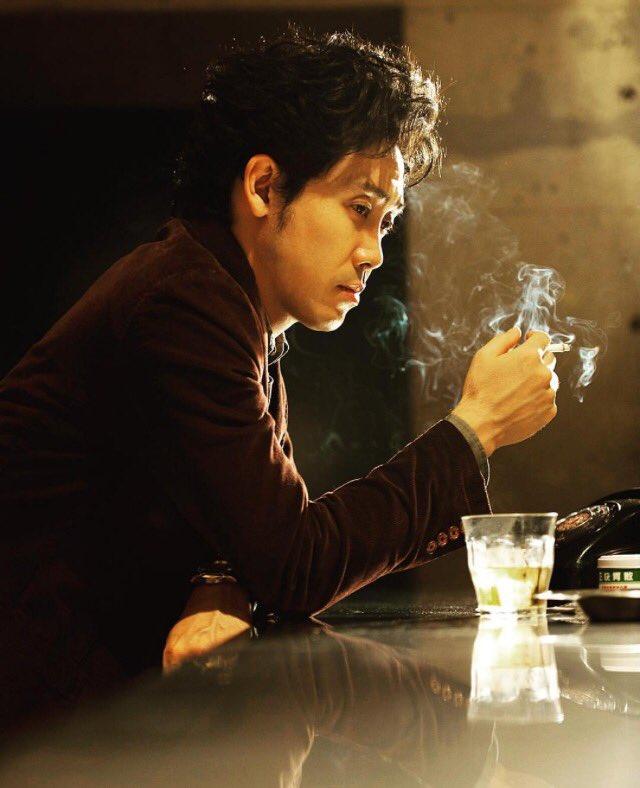 タバコを吸う大泉洋