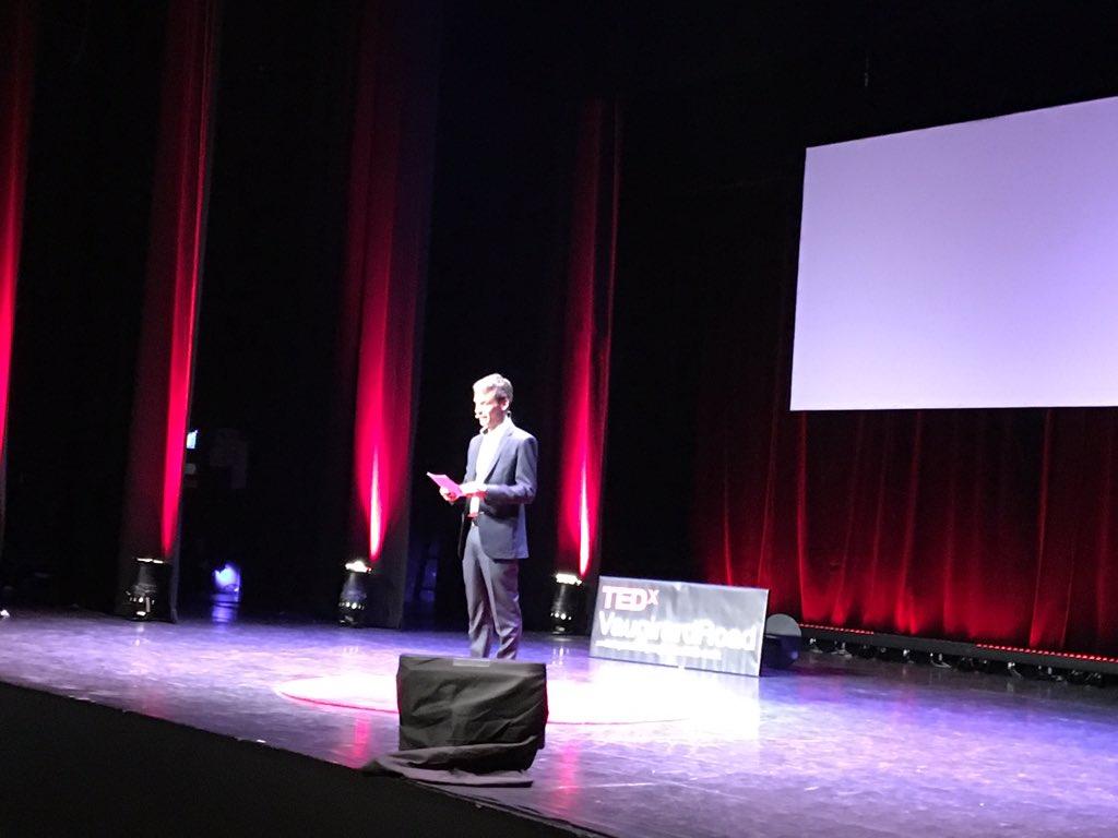 """Ouverture de la 5ème édition @TEDxVaugirard par @s_roger """"Voir l'invisible"""" #TEDxVR > Qui va parler? 700 présents! https://t.co/AvZiHSnahn"""