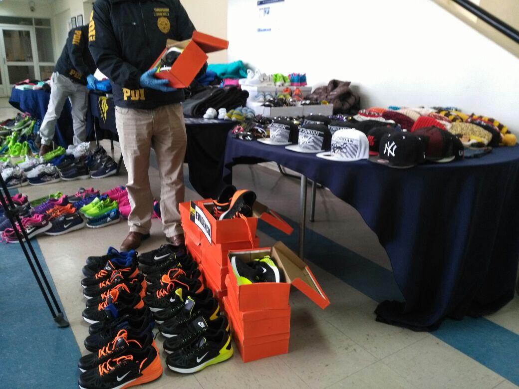 PDI realiza millonaria incautación de ropa deportiva falsificada en Estación  Central http   rbb.cl ebut pic.twitter.com mASDzND2dL ca6f01a2f5d70