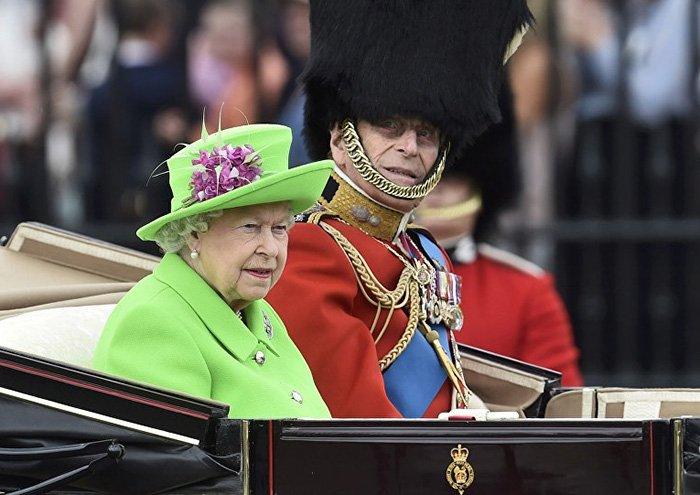 エリザベス女王が(映像合成に使われる色の)グリーンなんか着ちゃったもんだから、ネットで合成されまくってます。 https://t.co/maimsesIOP https://t.co/fxuo3SluZr