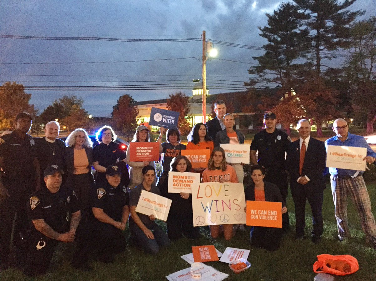 Beautiful, somber image from #Orlando vigil in #Livingston. Thanks to @bocour for the photo. @MomsDemand #WearOrange https://t.co/Nl7Adk6q97