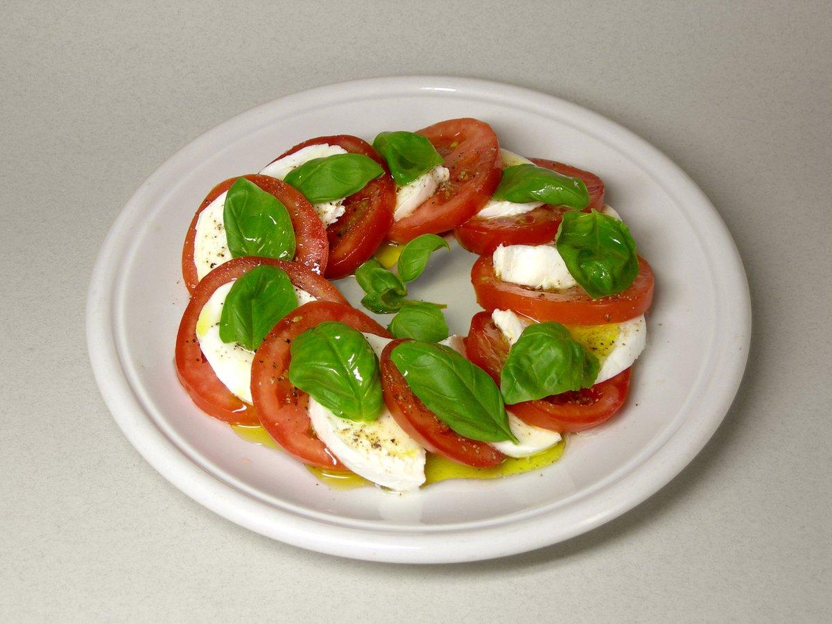 #Receta fresquita: ENSALADA CAPRESE - tomates - muzzarella - albahaca - aceite de oliva - vinagre balsámico https://t.co/GWl2EqeR0M