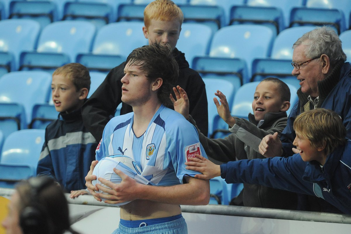 """""""Gunnarsson, ooo-whoa, Gunnarsson, ooo-whoa, He'll throw the f**king ball, from here to Willenhall!"""" #PUSB https://t.co/csXYtnlx1z"""