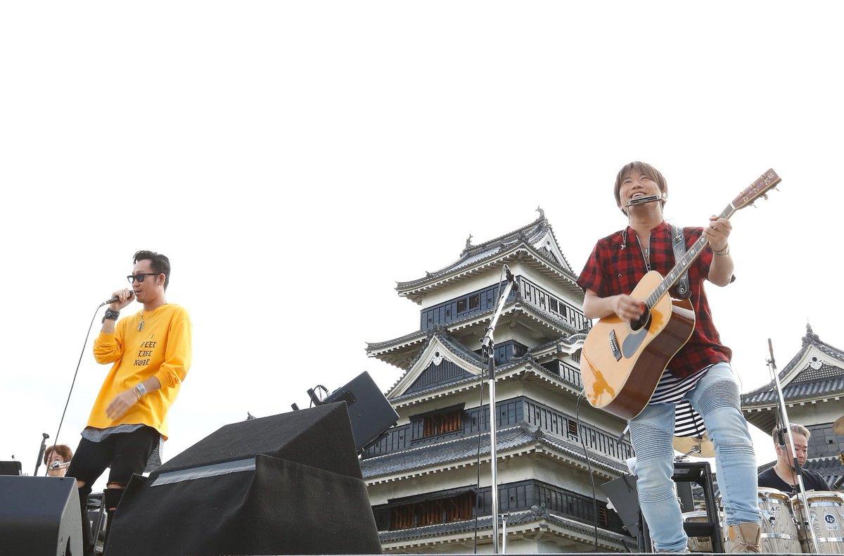 【コブクロが松本城でフリーライブを開催しました】松本市が舞台の映画「orange-オレンジ-」の主題歌を担当したことが縁で実現しました。全4曲を熱唱し、会場は拍手と歓声に包まれました。(6月14日) #matsumoto https://t.co/FfIKtJZvxX