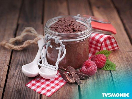 프랑스인들의 절대적인 사랑을 받는 'Mousse au chocolat', 초콜릿에 우유, 달걀, 설탕을 넣고 거품을 낸 후 냉장고에서 굳혀주기만 하면 쉽게 만들 수 있답니다. 오늘 디저트로 강추 드려요 :) https://t.co/WmeCKcKgzj