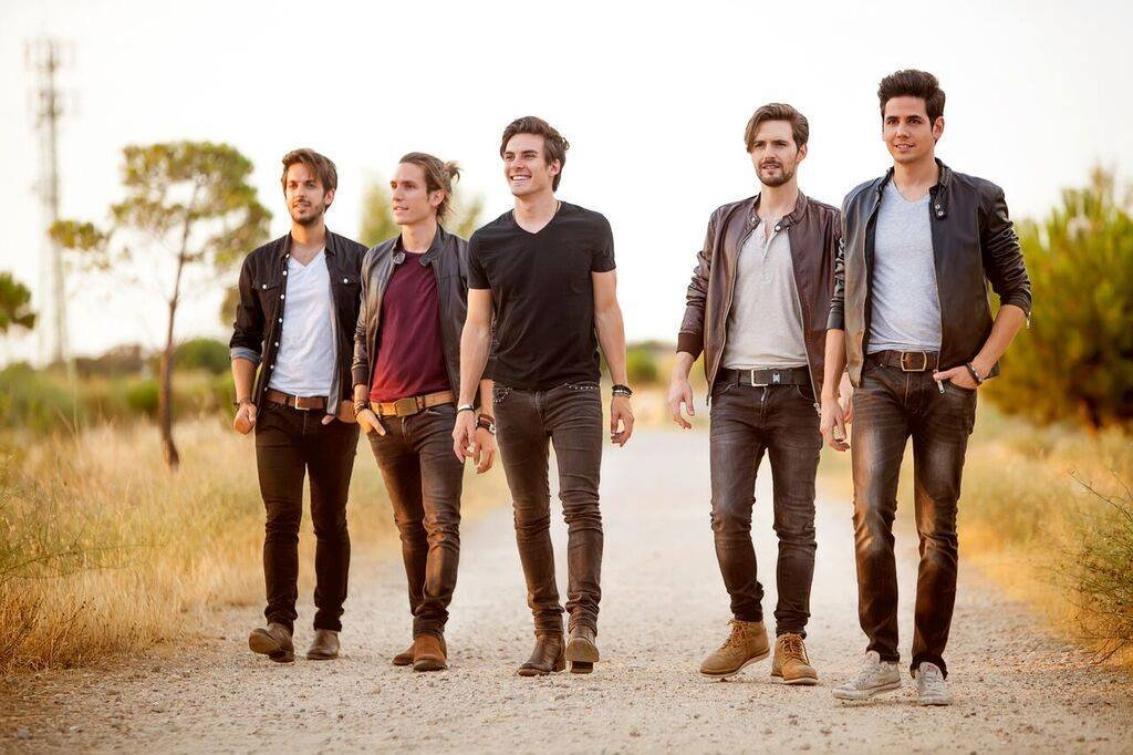 Join us for a live performance of @dvicioficial this Saturday, June 4, at 2pm in The Plaza. #sonymusic #FYE https://t.co/ALY2zn8bQ1