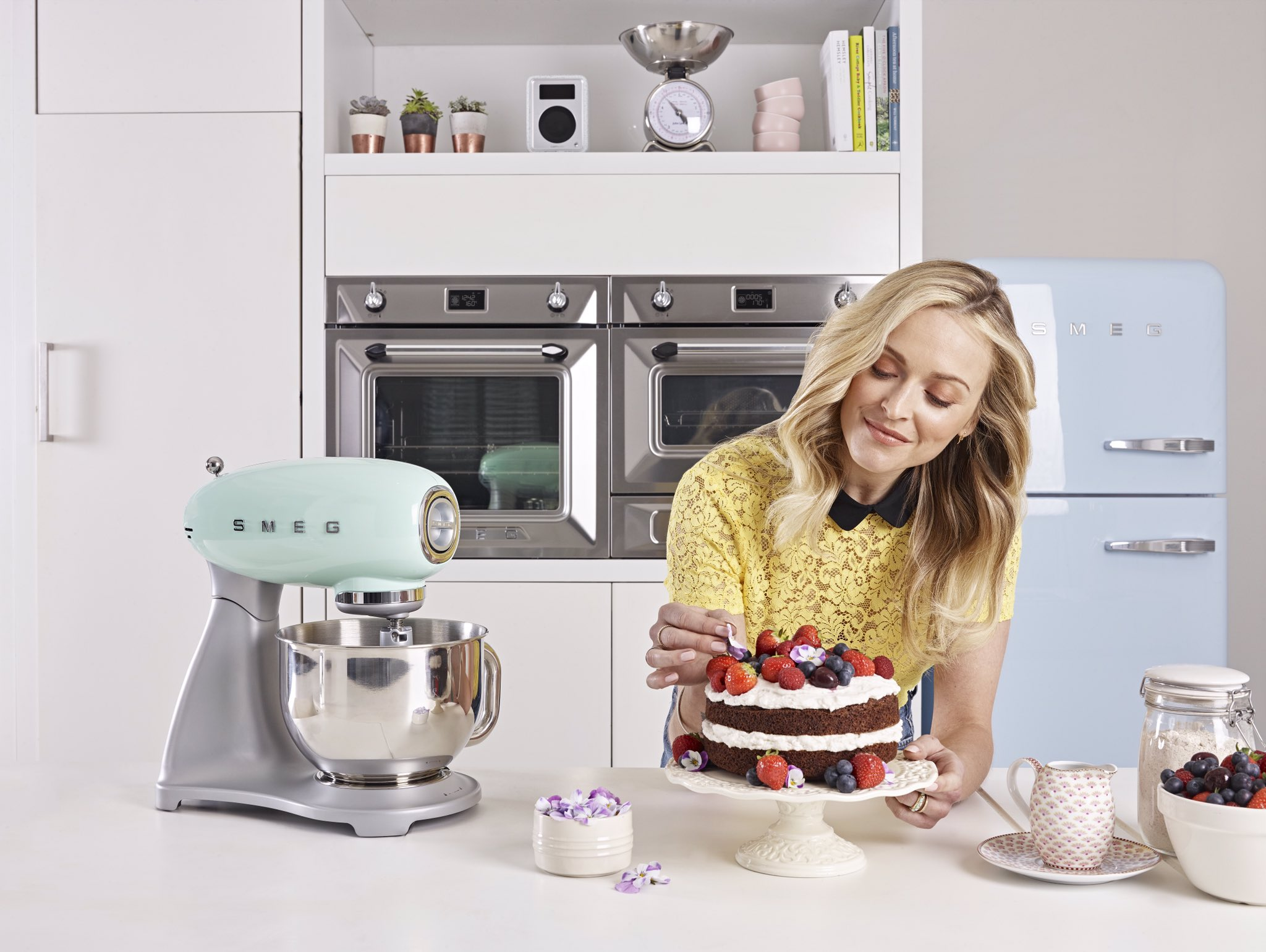 I want to see u #CookHappy! Tweet me a pic with #CookHappy for a chance to win my book & @smeguk Retro Stand Mixer! https://t.co/KFm8P0ytJN