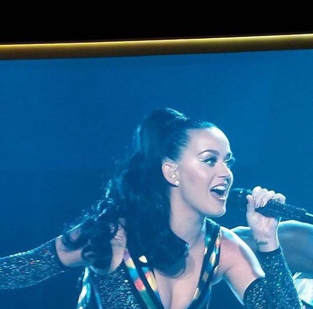Katy Perry - Página 4 CkCmbyzVEAAsymV