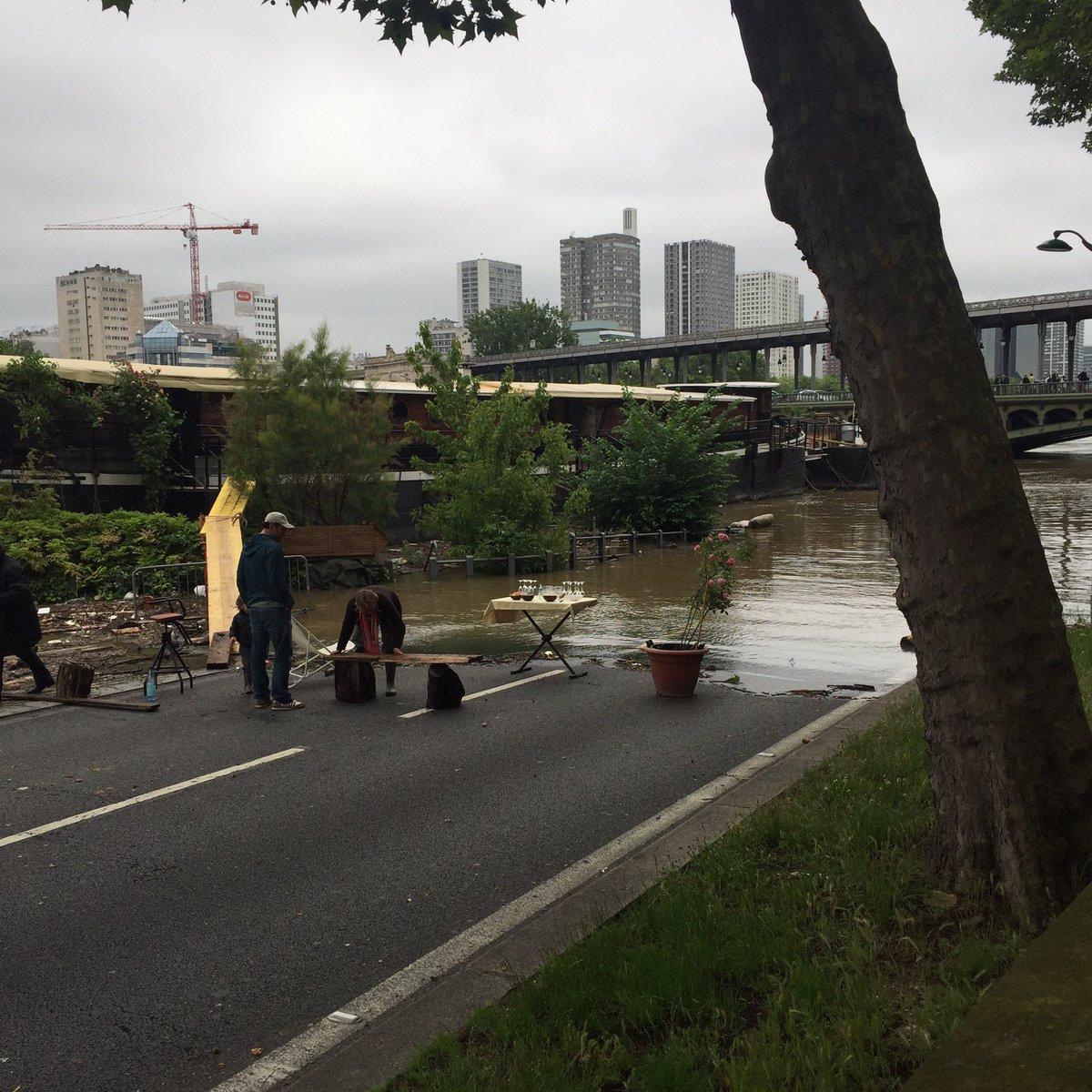 Paris sous l'eau: ne jamais oublier l'heure de l'apero (2) #parisjetaime #inondation #CrueSeine
