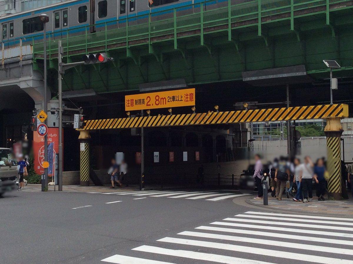 秋葉原最強の盾。橋を守る為、何台もの荷台を粉砕してきたよ #akiba https://t.co/ynehqgHubM