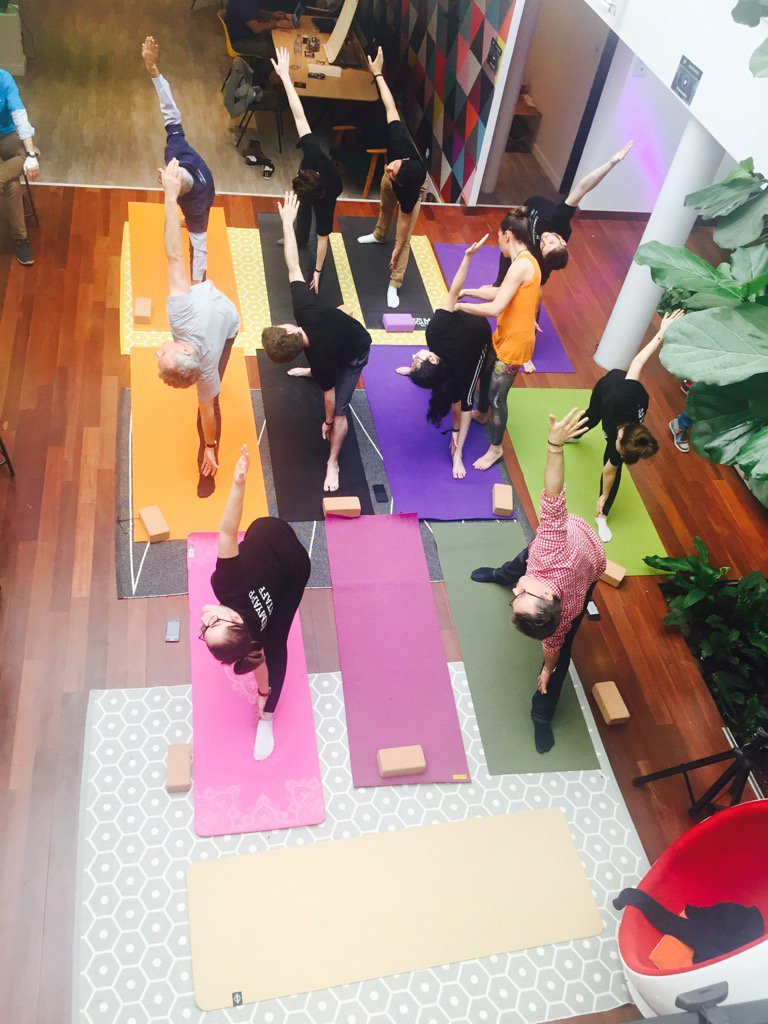 #hacktheoffice yoga session avant quelques lignes de code #détente #happy https://t.co/kB3ND5gCOM