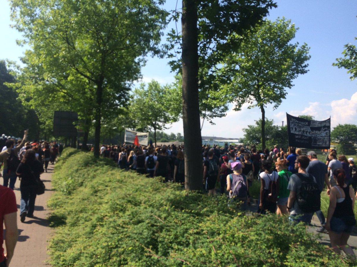 Der Marsch von @blocka_do. #notddz https://t.co/MfDdH4KSLl