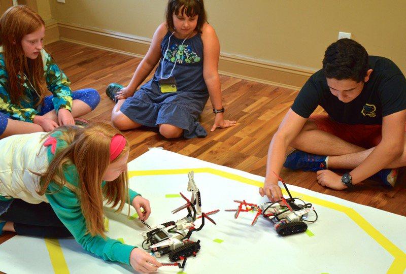 Kids have a blast building robots, roller coasters & more @BrainSTEM_Learn summer camps. https://t.co/EDPdIsFYeq https://t.co/KbLPuowJdb