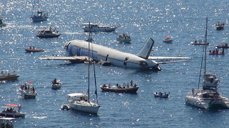 Sumergen un avión en Turquía para impulsar el turismo