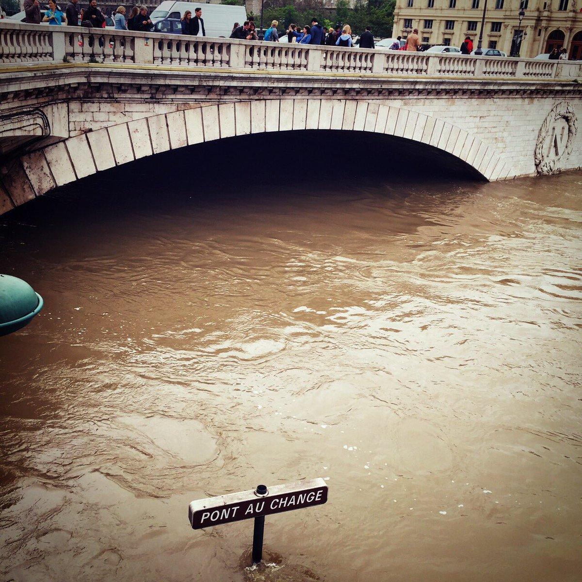 ついにセーヌはここまで来た。この橋の下をよく車で走ってから、びっくりだよ。天気予報によるとまだまだ雨が続くみたいだ。 pic.twitter.com/zstN0P0G6W