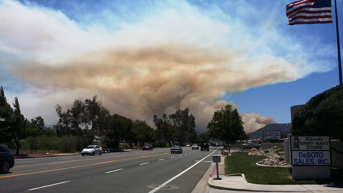 #TemeculaFire Photo courtesy Paula Sato https://t.co/TbqaTpZjWw