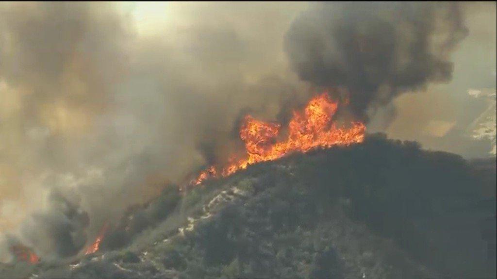 Calabasas fire moving strong thru heavy brush. Multiple starts. @FOXLA https://t.co/eK4lnYfasV