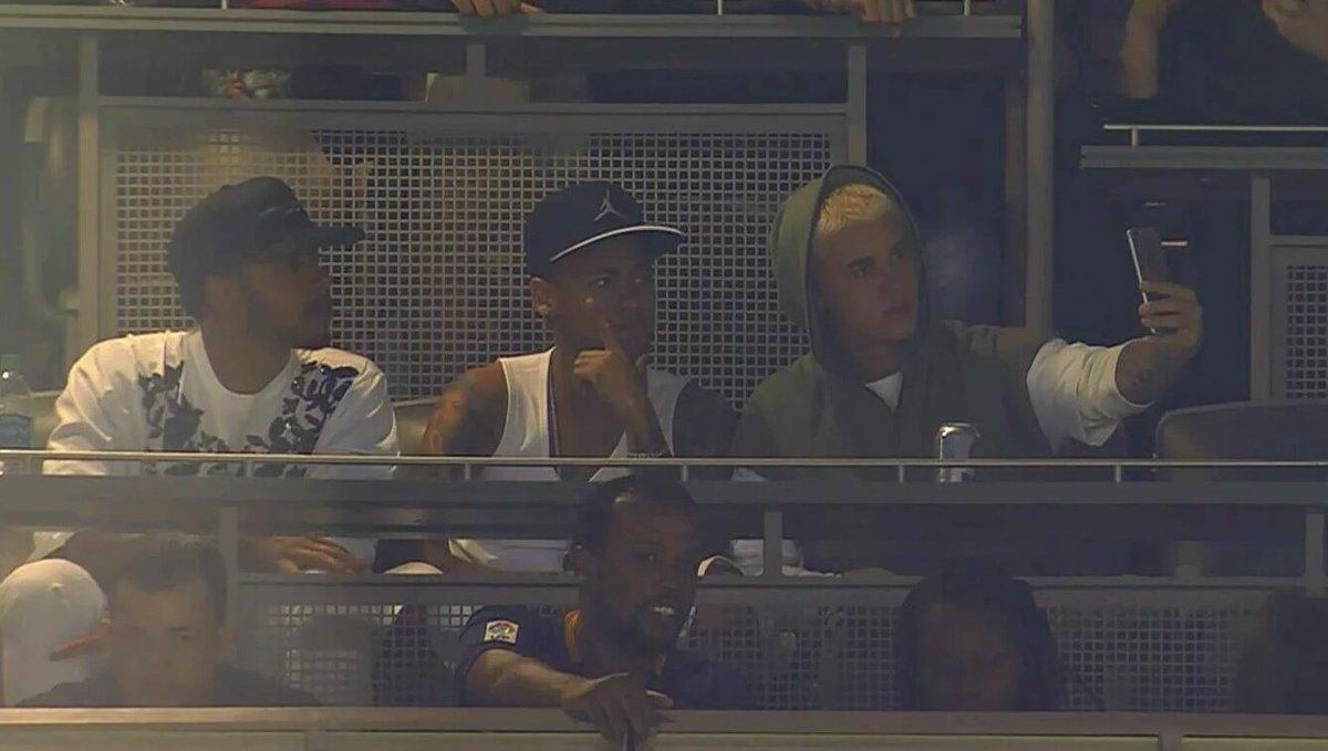 Estão aí... Neymar, Justin Bieber e Lewis Hamilton assistindo ao Brasil x Equador #trbrasil #F1naGlobo https://t.co/C08o3R1ivF