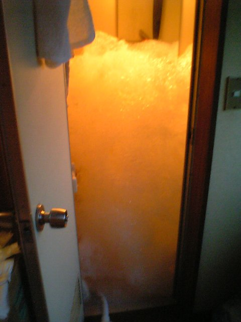 遂にはユニットバスの空間すべてがLUSHの泡に支配された。それだけでは収まらず、風呂場の外に泡が漏れてきそうになったため、やむなく実験中止。おそらくずっと機械の電源を入れておいたら、アパートの部屋の中が泡で埋め尽くされていたかも。 https://t.co/P72PdsU2fY