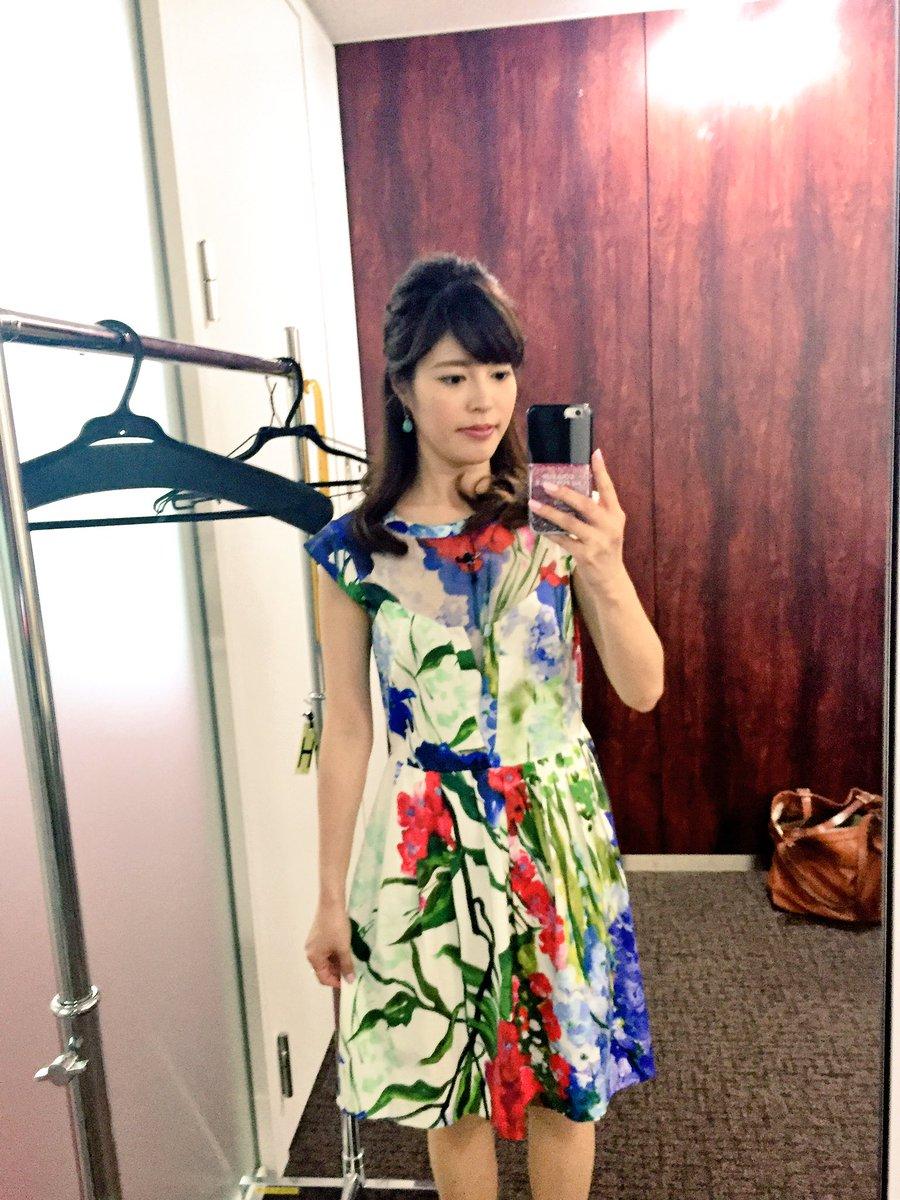 ブルーガールの花柄のワンピースを着ている神田愛花アナの画像