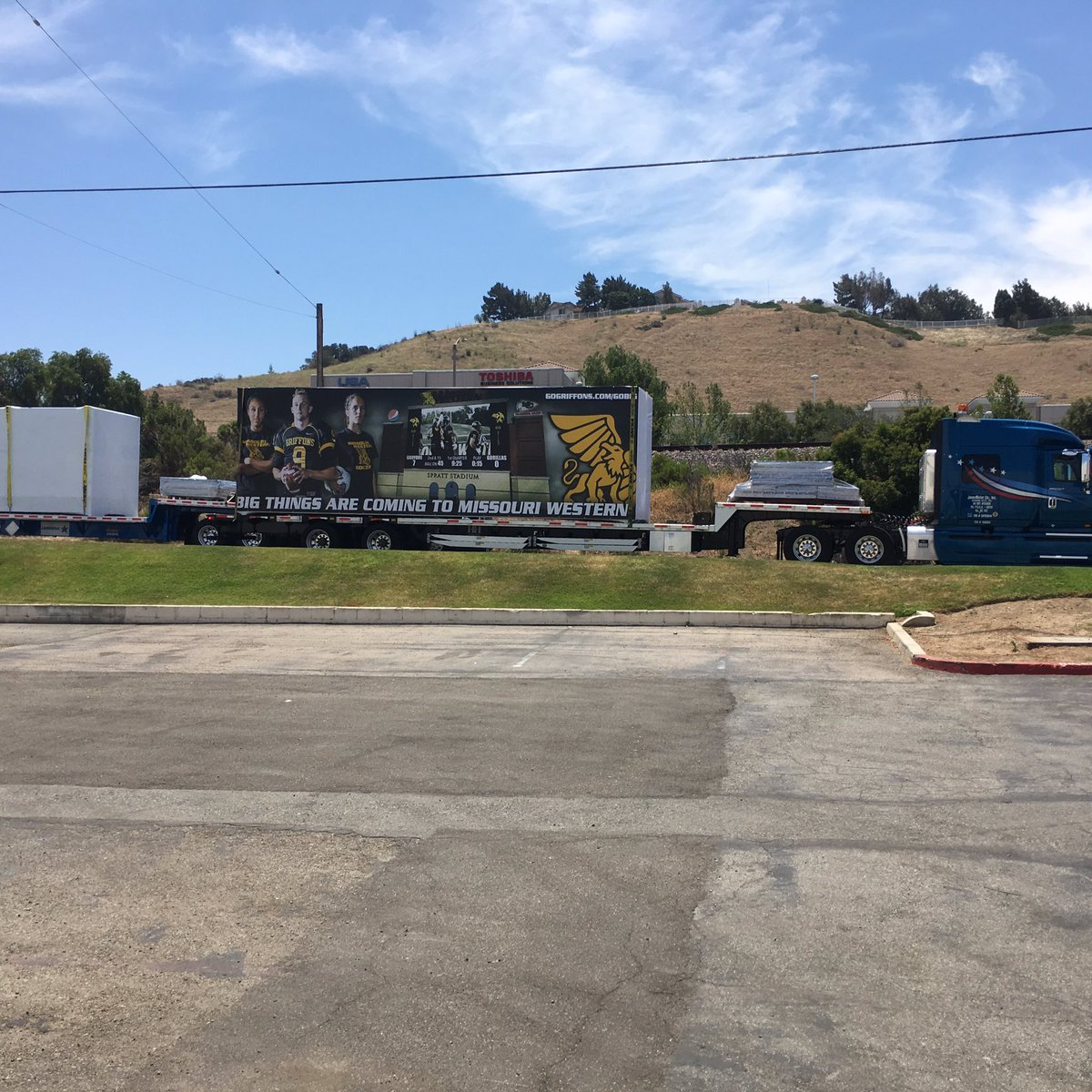 They're loading up the video scoreboard in California! #gobig #gogriffs https://t.co/O24bGLMiDJ
