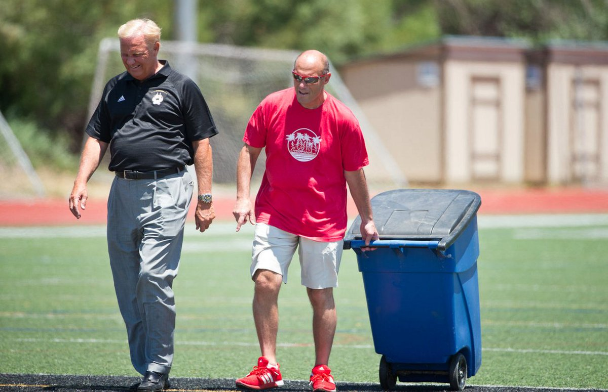 Mike Riley. One of a kind. Here he is cleaning up after the #Huskers satellite camp (photo via @RebeccaGratz) https://t.co/YV1Tp1skci