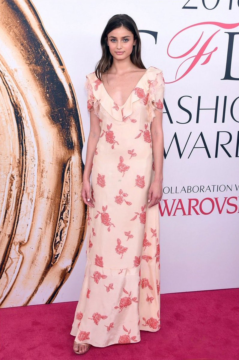 .@TaylorMarieHill wears a custom #THAKOON SUMMER ROSE JACQUARD GOWN at last night's 2016 #CFDAAwards https://t.co/Tej4nN7pOW