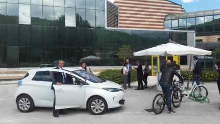 Imprenditori e cittadini provano auto e biciclette elettriche