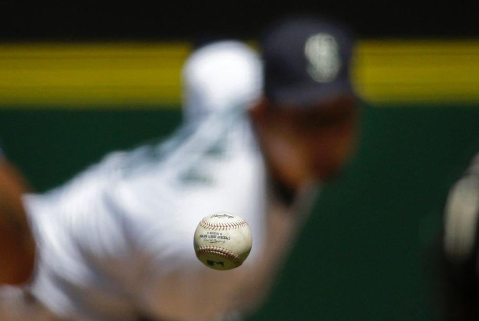 カメラがよくなったせいもあるが、 ウソのような写真だね。 31日、岩隈が投じた一球だ。 #mlbjp https://t.co/5OaMpvUn2s