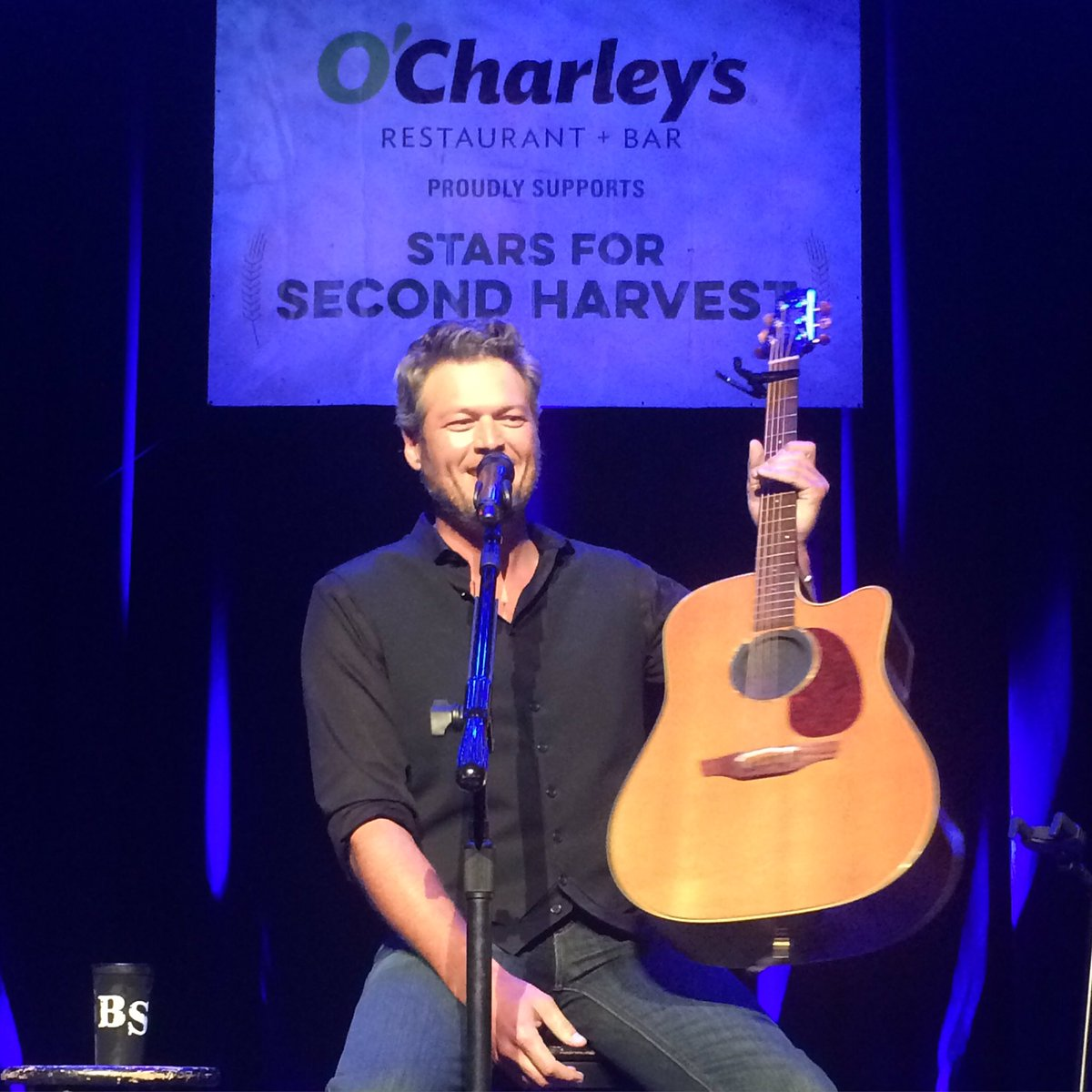 Hello @blakeshelton! Enjoy your drink! Thanks for coming to support @2HarvestMidTN! https://t.co/zgWq8LpJXj