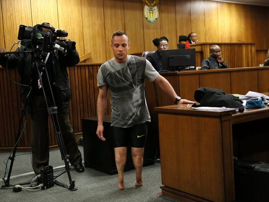 Oscar Pistorius appears to cry as he walks to the judge without prosthetic legs (Photo: epa)