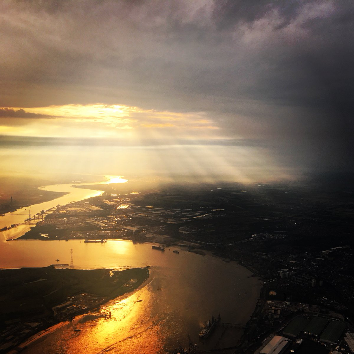 Rivers of Gold on approach to @LondonCityAir last night. #skyfaring cc: @markv747 https://t.co/WbuL4QfeGk