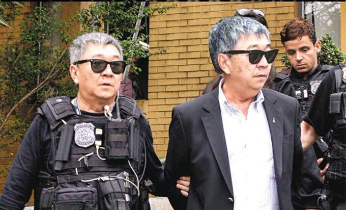 Japonês da Federal prendendo o Japonês da Federal (o mesmo cara é o policial e o preso)