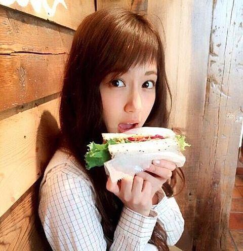 サンドイッチを食べる藤井夏恋