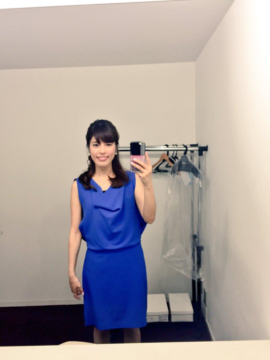 真っ青なワンピースを着たハーフアップヘアの神田愛花アナの画像