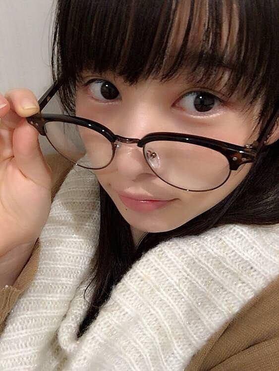 黒ぶちメガネをちょっとずらして見つめる桜井日奈子