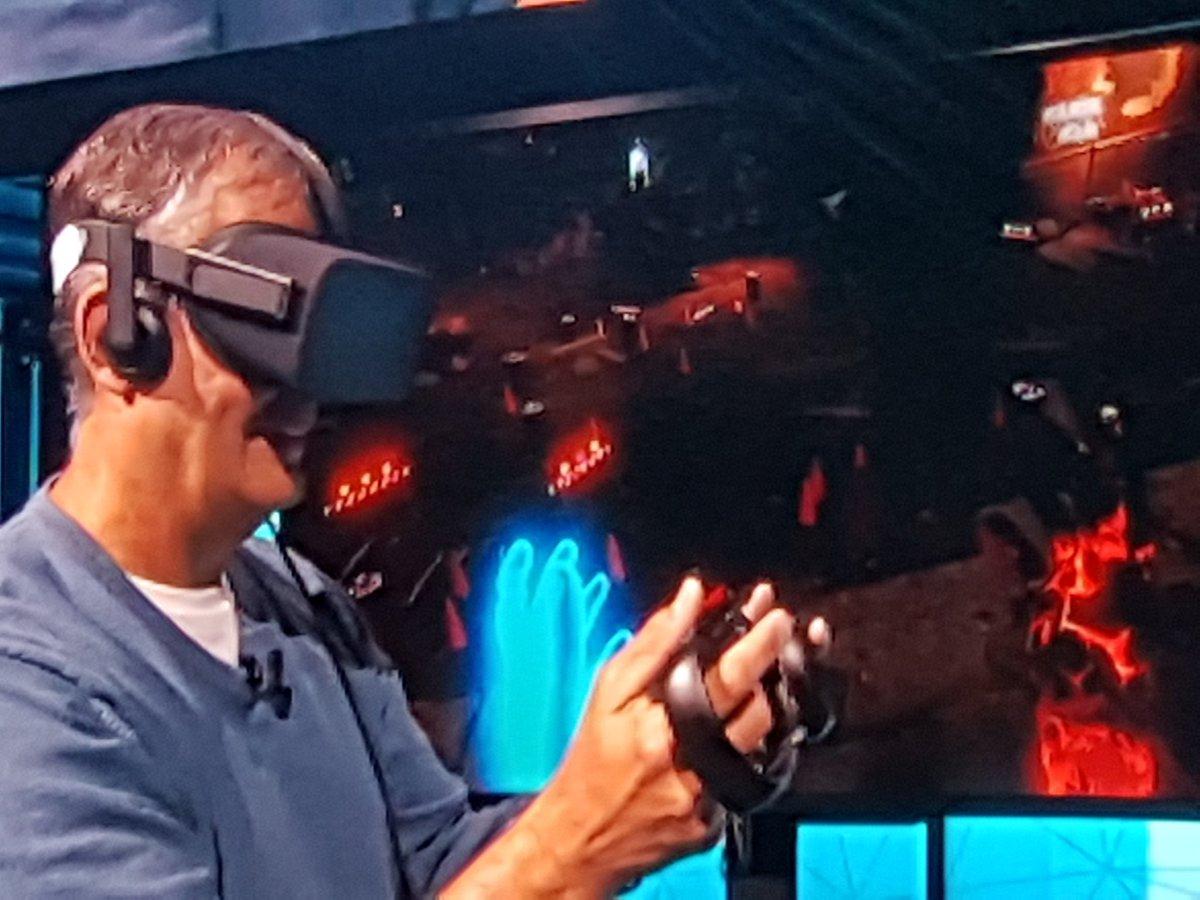 Krzanich, en Lenovo Tech World, probando un juego de realidad virtual con los Oculus Rift | Foto: @pisapapeles_net en Twitter.