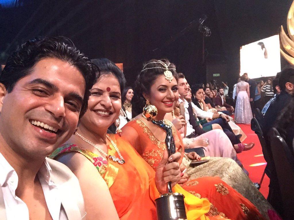 Divyanka Tripathi aka Ishita of Yeh Hai Mohabbatein wins award at Zee Gold Awards 2016