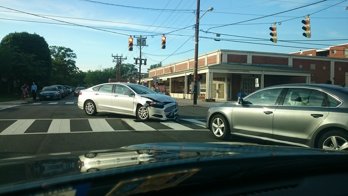 Photo of serious multi-vehicle accident at the intersection of Commonwealth Ave and E. Monroe Avenue in Alexandria, Virginia (Image via @296Winnie on Twitter)