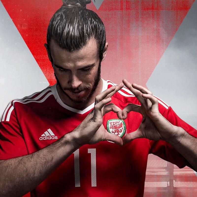 строго рука на сердце фото футбол роли