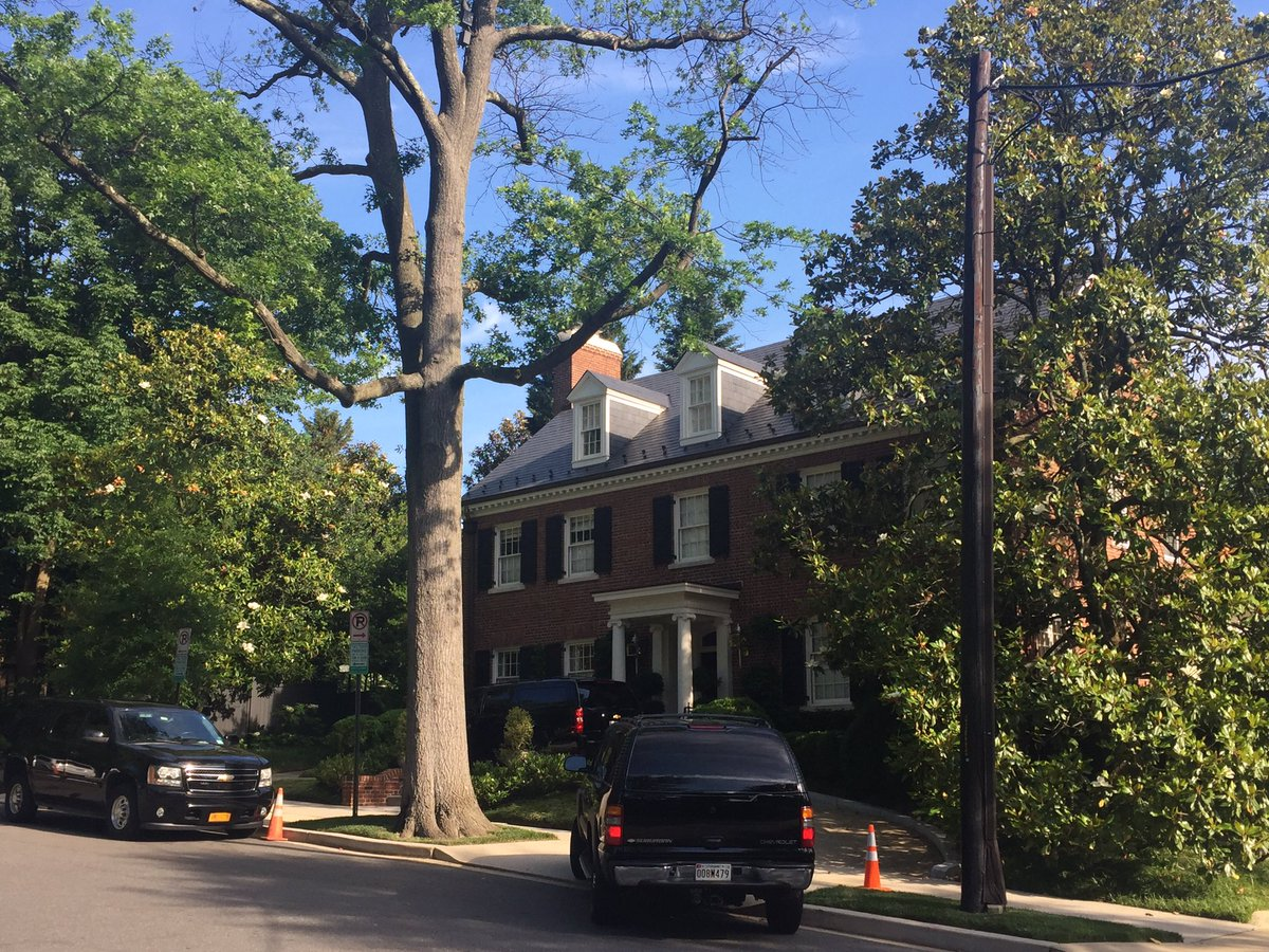 Kailani Koenig On Twitter Hillary Clinton Just Arrived At Her Dc Home Will Meet With Elizabeth Warren Here This Morning