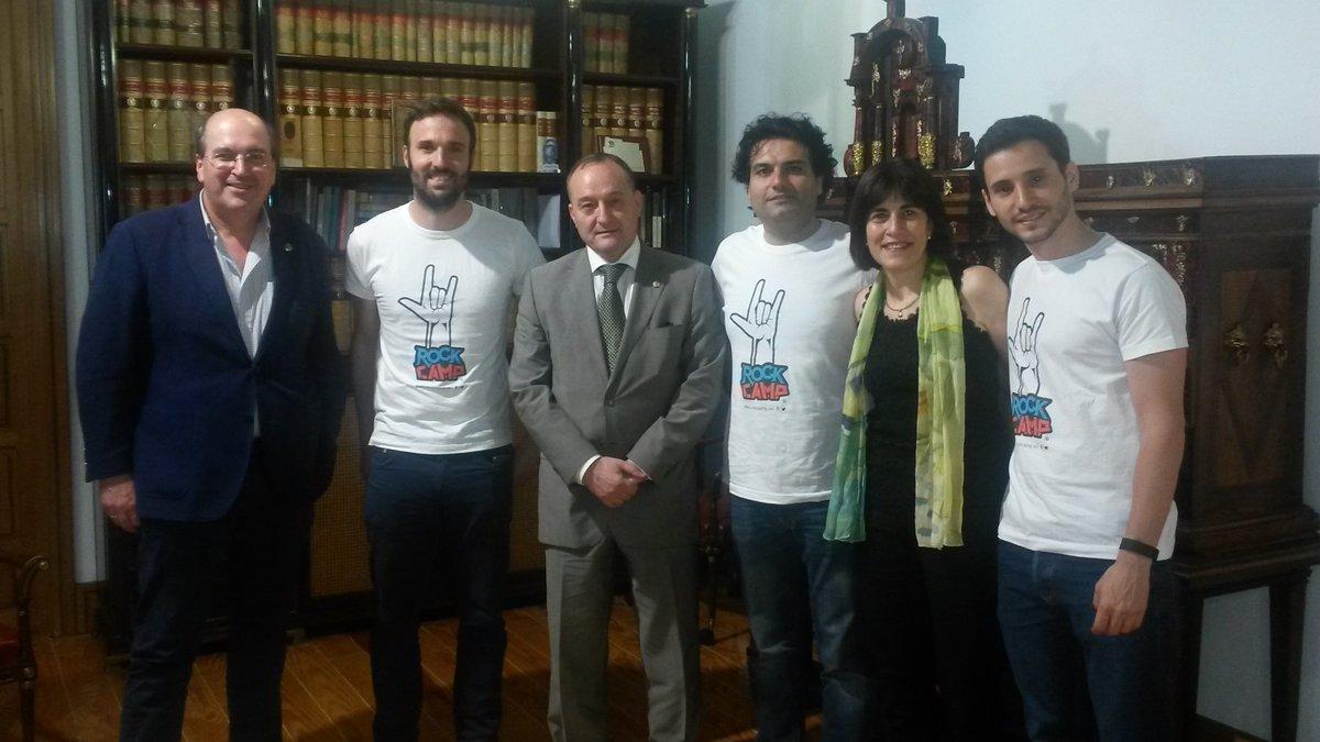 El rector de la Universidad de Valladolid con los ganadores @rockcampers , antiguos alumnos de la UVa https://t.co/tLvUUNXG5r