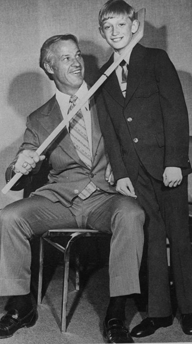 Gordie Howe poses with 11-year-old Wayne Gretzky: https://t.co/GN1ZuIjPWo