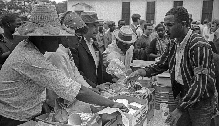 Picnic lunch. Undated photo from the 1966 #MarchAgainstFear  #MAF50 #50Years. Image by Bob Fitch @StanfordArchive https://t.co/7rGJkjLFfq