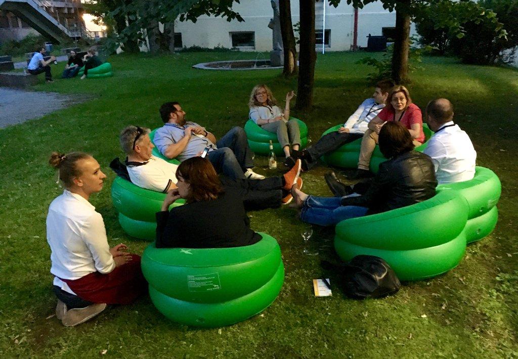 …und wieder geht ein anregender BarCamp-Tag entspannt und sonnig zu ende. #PMCampMUC https://t.co/8DmxHBtOiA