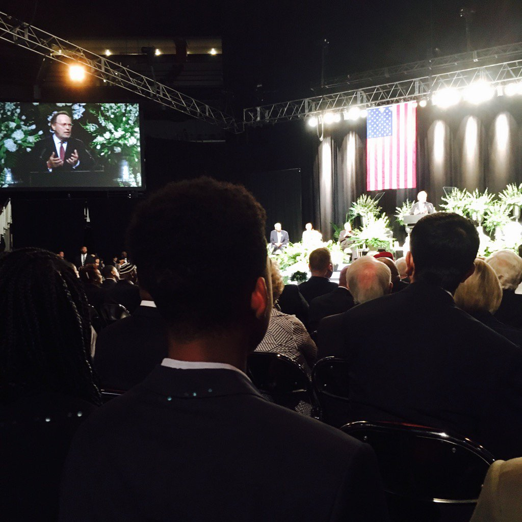 """Billy Crystal at #AliFuneral: """"He taught us life is best when we build bridges between people, not walls."""" https://t.co/YM8RRZAicj"""