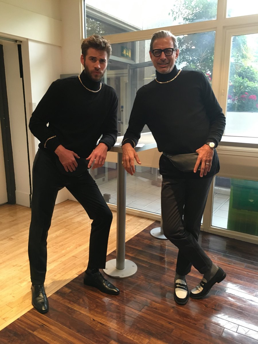 Here's @LiamHemsworth & #JeffGoldblum dressing up as the @TheRock. #TheGNShow https://t.co/6rkXlB2bD9