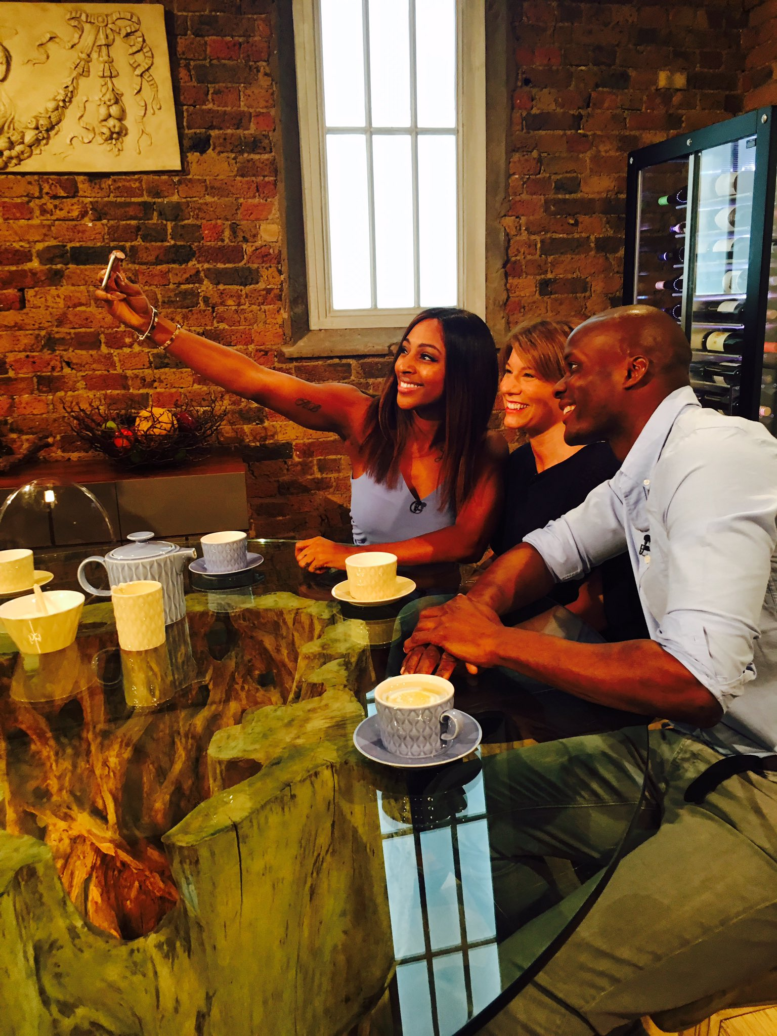 RT @Electric_MGT: Let me take a #selfie ⭐️ @SaturdayKitchen @alexandramusic @BBCOne on at 9AM TUNE IN! https://t.co/IGogRBhbbX